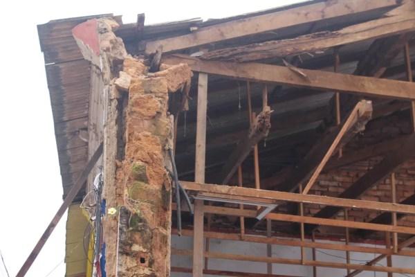 Ainda segundo os bombeiros, por ser bastante antigo, o prédio estava com a estrutura fragilizada e o que restou está em péssimas condições (Foto: Júnior Freitas/G1)