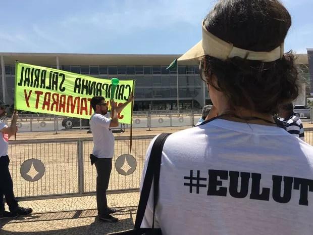 Servidores do Itamaraty durante manifestação por reajuste salariam em Brasília nesta sexta-feira (9) (Foto: Gabriel Luiz/G1)