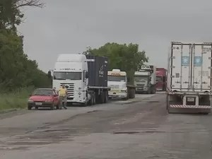 Caminhões parados trancam acesso ao Porto de Rio Grande (Foto: Reprodução/RBS TV)