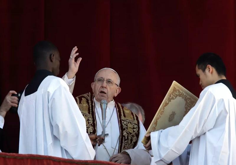 O Papa Francisco durante leitura da mensagem de Natal na Basílica de São Pedro, no Vaticano, nesta terça-feira (25) — Foto: Alessandra Tarantino/AP