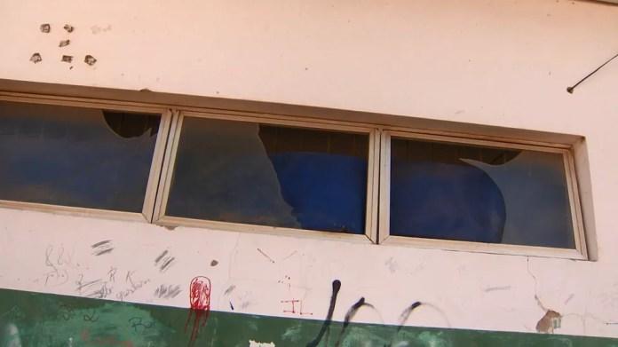 Vidros de escola de Fundão estão quebrados, no ES — Foto: Samy Ferreira/ TV Gazeta