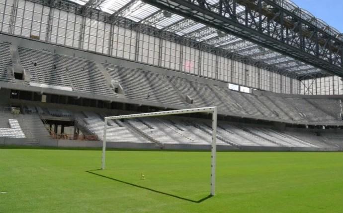 Traves já foram instaladas no gramado (Foto: Divulgação/Site Oficial do Atlético-PR)