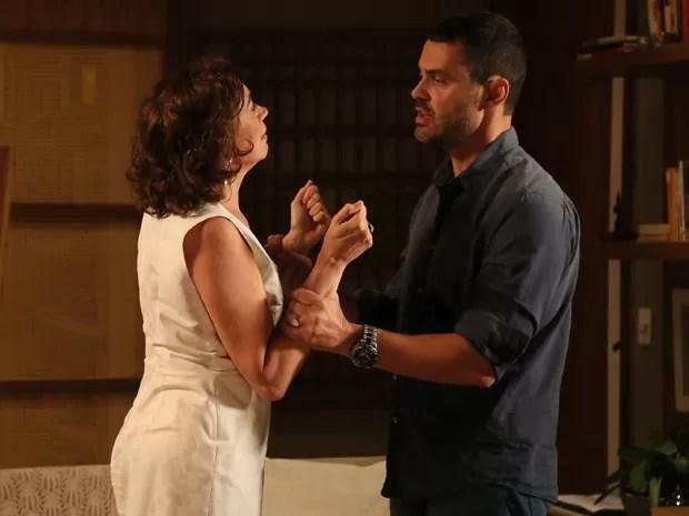 Marta e Maurílio trocam farpas antes dela aceitar o pedido  (Foto: Isabella Pinheiro/Gshow)
