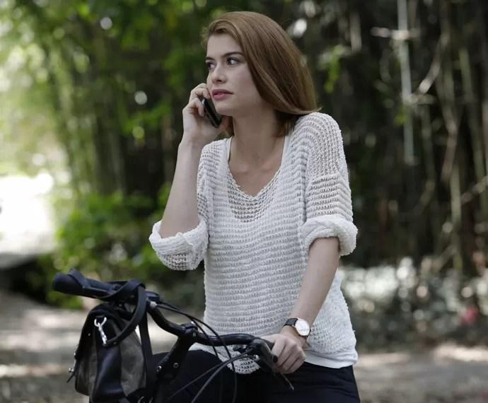 Lívia se distrai no telefone (Foto: Fábio Rocha/Gshow)
