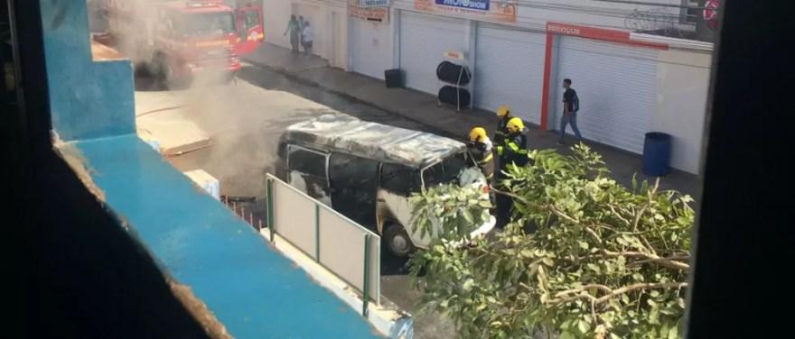 Corpo de Bombeiros fez o combate ao incêndio no veículo (Foto: Elton Alves Sá/Arquivo pessoal)