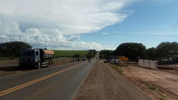 Rodovia de Novo Horizonte (SP) chegou a ser interditada após acidente (Foto: Kall Rigamonti/Amizade FM/Divulgação)