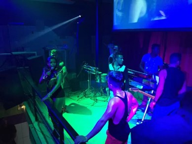 Falsa banda Vingadora durante apresentação em São Bernardo do Campo (Foto: Divulgação)
