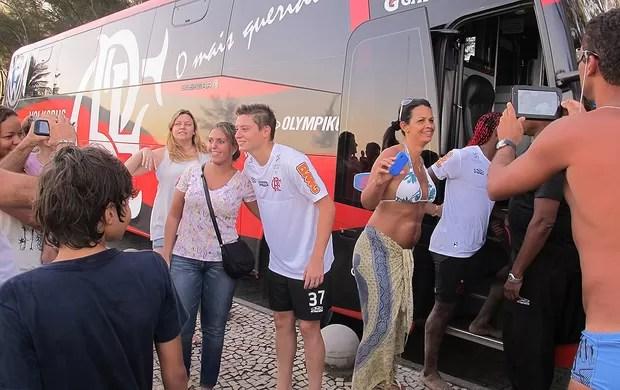 Adryan e Love posam para fotos com torcedores após treino do Flamengo na praia (Foto: Richard Souza / Globoesporte.com)