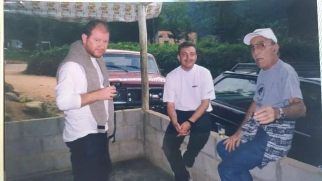 Foto mostra Juan, Michel e um amigo durante conversa (Foto: Arquivo Pessoal/Divulgação)