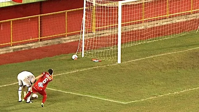 Goleiro faz lambança em final no AC, cede empate e vê rival levar taça (Foto: Reprodução/ Tv Acre)