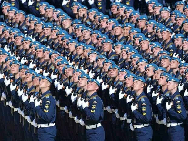 Soldados russos da unidade de cerimoniais. (Foto: RIA Novosti / Via Reuters)