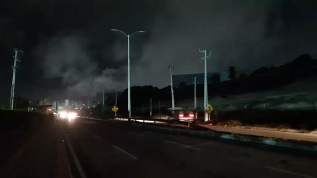 Via Costeira fica às escuras em Natal — Foto: Sérgio Henrique Santos/Inter TV Cabugi