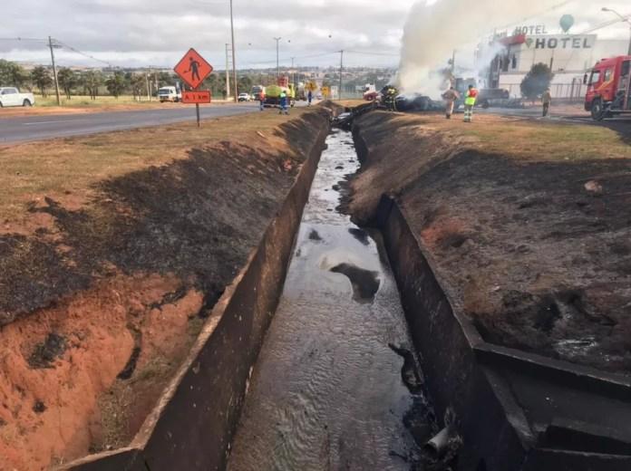 Secretaria de Meio Ambiente de Rondonópolis foi acionada pra verificar se o óleo diesel chegou a atingir algum rio ou córrego da região. — Foto: Walter Quevedo