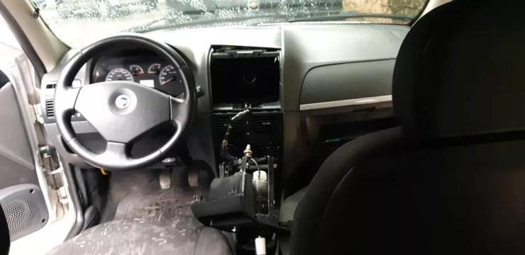 Fundo falso foi encontrado por policiais de Sorocaba por conta do cheiro forte dentro do veículo (Foto: Jomar Bellini/TV TEM)