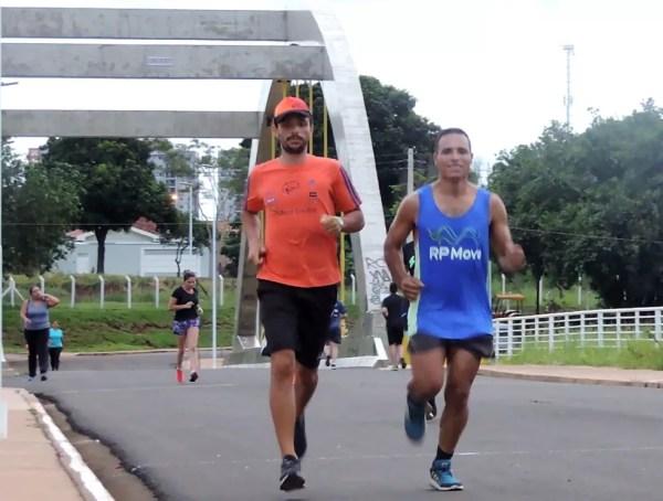 Wagner corre com seu educador físico e amigo na represa de Rio Preto (Foto: Marcos Lavezo/G1)