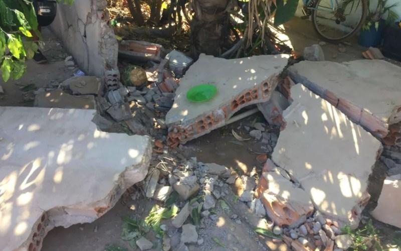 Parte do muro ficou destruído (Foto: Blogbraga/Repórter Elvis Araújo)