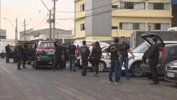 Policiais civis chegam a Brasília com apreensões da operação Torre de Babel — Foto: TV Globo/Reprodução