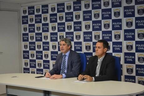 Delegado Darlson Macedo (esq.) explicou que o trabalho tem o objetivo de encontrar autores das ameaças feitas às vítimas (Foto: Polícia Civil/Divulgação)