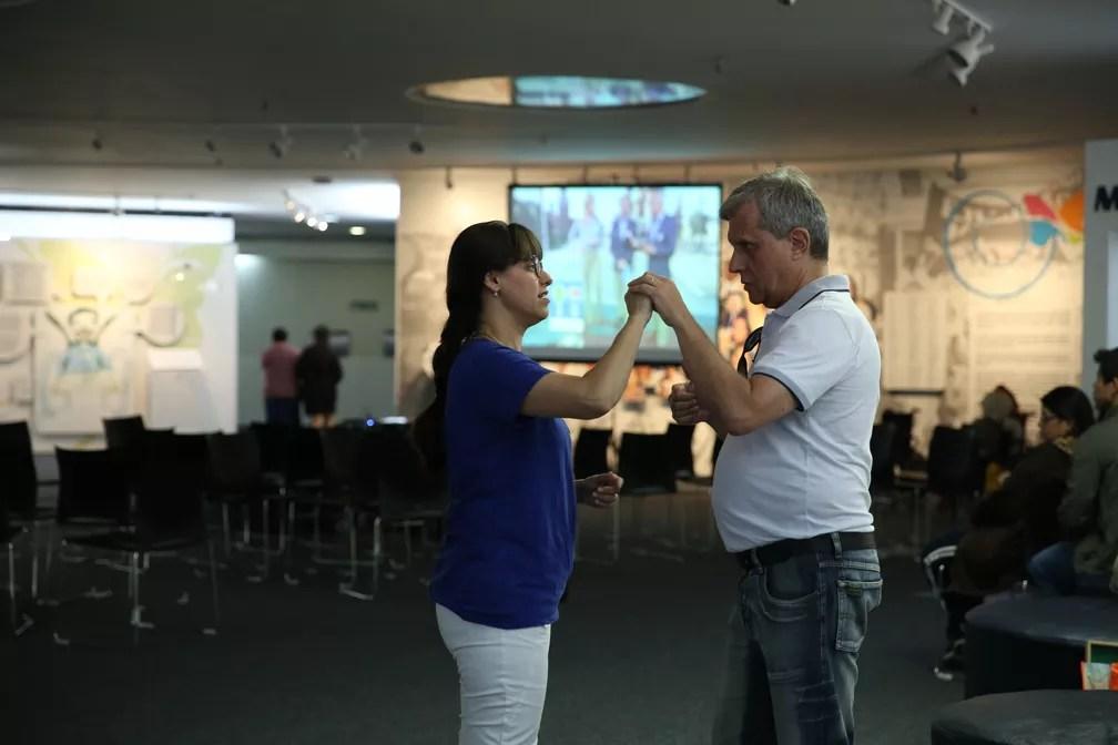 Intérprete acompanha surdo-mudo no jogo da seleção brasileira (Foto: Marcelo Brandt/G1)