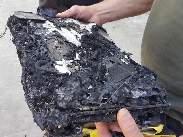 Aparelho ficou destruído pelo fogo (Foto: Luiz Souza/RBS TV)