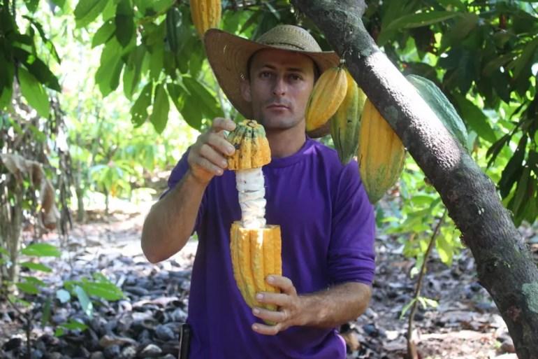 André Luiz Vicente precisou se adequar às práticas para o cultivo do cacau.  (Foto: Gedeon Miranda/ G1)