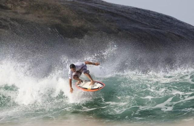 Fabio Gouveia, o mestre do estilo, surfando no Arpoador, Rio de Janeiro (Foto: WSL / Kelly Cestari )