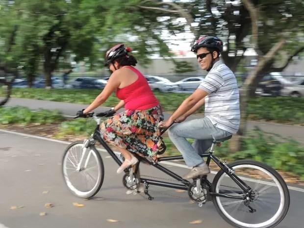 A bicicleta de Milton tem dois quadros, dois pedais e permite que ele, deficiente visual, pratique exercício. (Foto: Lorena Aquino/G1)