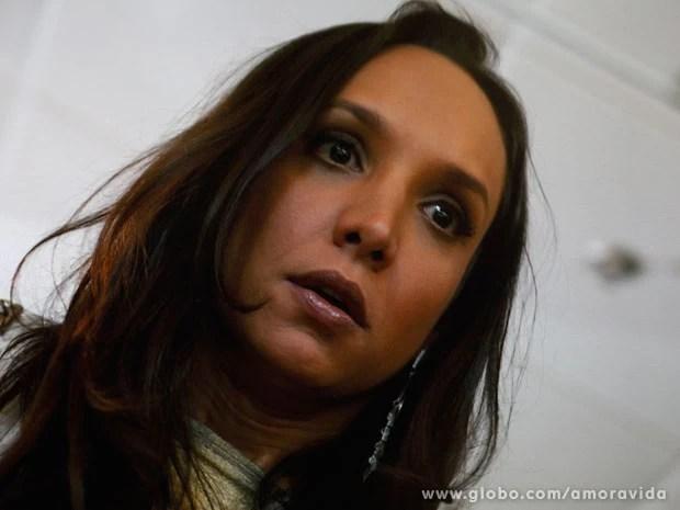 Alejandra começa a se sentir mal (Foto: Amor à Vida)