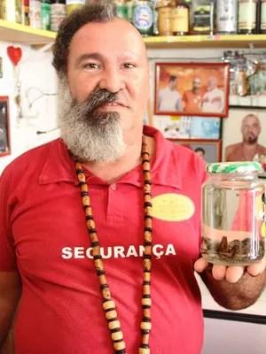 Djalma vende chaçada com aranha imersa (Foto: Raimundo Mascarenhas / Calila Noticias)