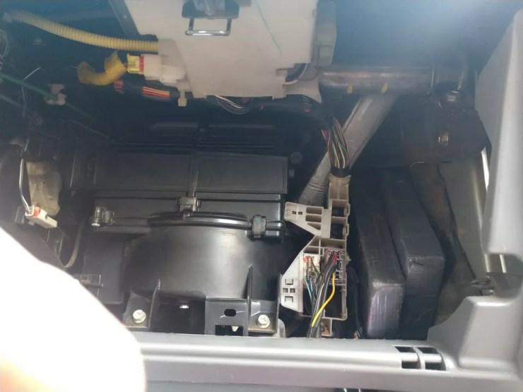 Entorpecente estava escondido no painel do veículo, segundo a PRF-AC (Foto: Divulgação/Polícia Rodoviária Federal no Acre (PRF-AC))