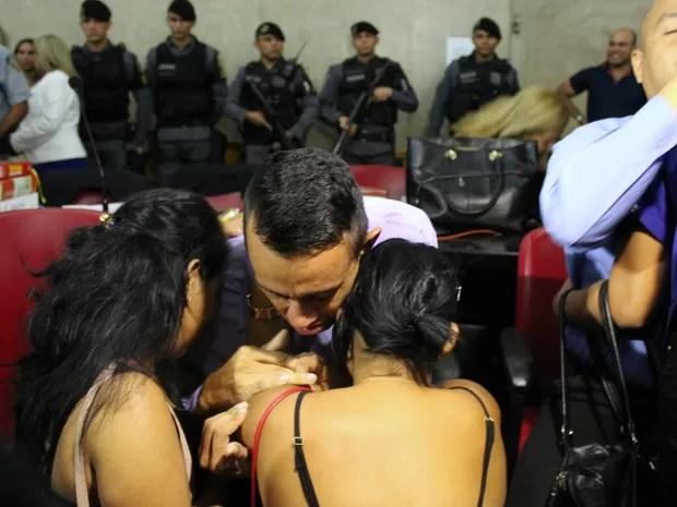 Rafael foi consolado por familiares depois de ser condenado  (Foto: Ive Rylo/G1 AM)