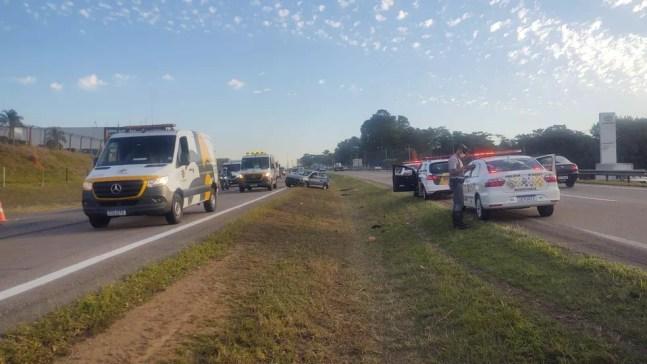 Polícia Rodoviária informou que veículo atravessou a pista e foi atingido por outro carro na Rodovia Santos Dumont, em Indaiatuba — Foto: Polícia Rodoviária