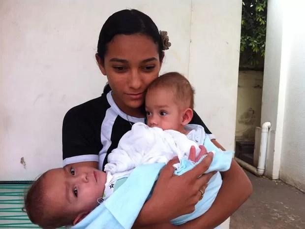 Mãe de bebês siamesas garante estar preocupada com a cirurgia (Foto: Marcelo Ferraz/G1MT)