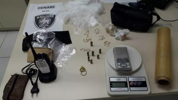 Ação comandada pela Denarc em Natal também resultou na apreensão de drogas — Foto: Julianne Barreto/Inter TV Cabugi