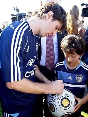 Messi com crianças no treino da seleção da Argentina (Foto: EFE)