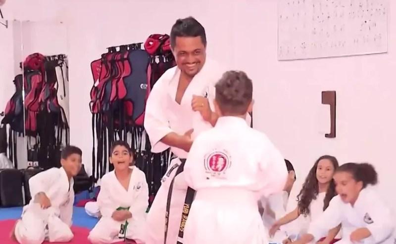 Menino voltou a fazer aula de karatê após voltar para casa — Foto: Reprodução/TV Subaé