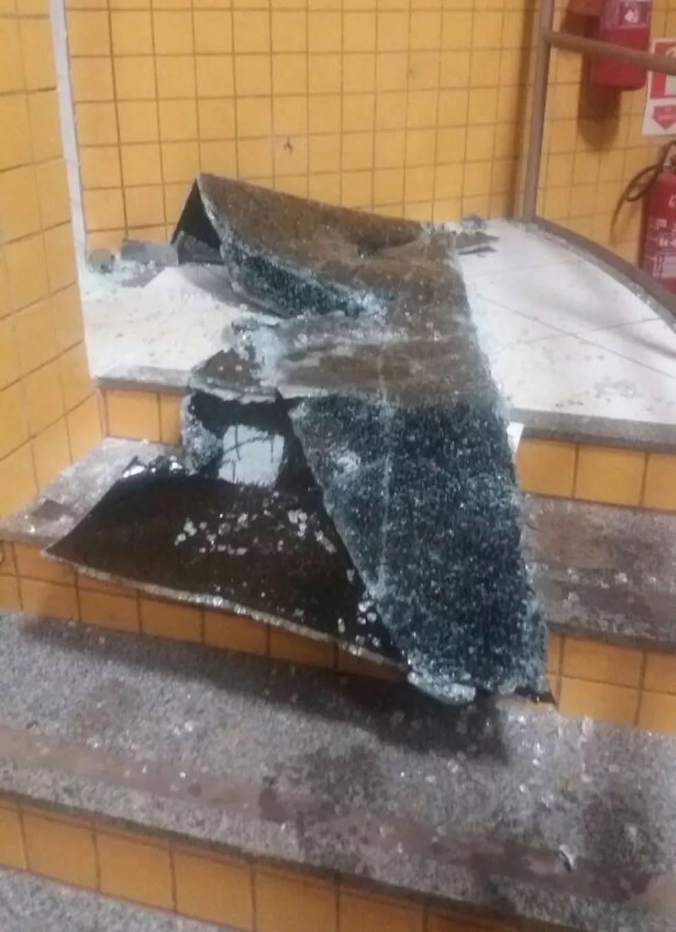 Vidros da unidade operacional da Polícia Rodoviária Federal (PRF) ficaram destruídos durante a troca de tiros. (Foto: Divulgação/Polícia Rodoviária Federal)
