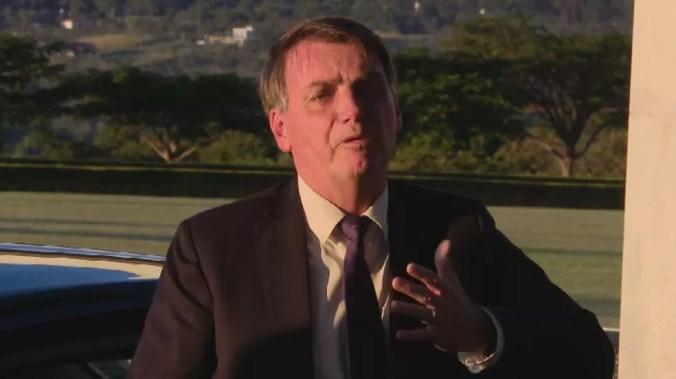 Jair Bolsonaro em entrevista em frente ao Palácio da Alvorada — Foto: Reprodução / TV Globo