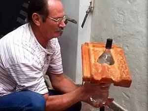 G1  Inveno brasileira lmpada de garrafa pet  usada