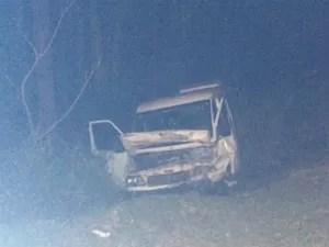 Van ficou com a parte dianteira totalmente destruída  (Foto: Divulgação / PRF)