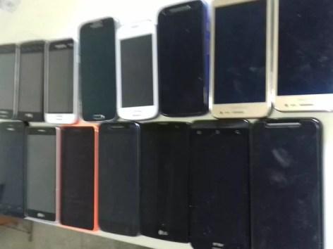 PRF apreendeu 15 celulares com mulher na BR-232 (Foto: Polícia Rodoviária Federal/Divulgação)