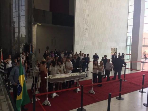 Familiares e amigos de Marcelo Rezende se despedem do jornalista em velório na Assembleia Legislativa de São Paulo (Foto: Gabriela Gonçalves/G1)