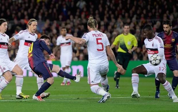 Messi chuta para marcar, Barcelona x Milan (Foto: AP)