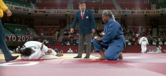 Maria Suelen Altheman sente lesão no joelho esquerdo em luta com Romane Dicko nas quartas de final do judô nas Olimpíadas de Tóquio 2020 — Foto: Reprodução