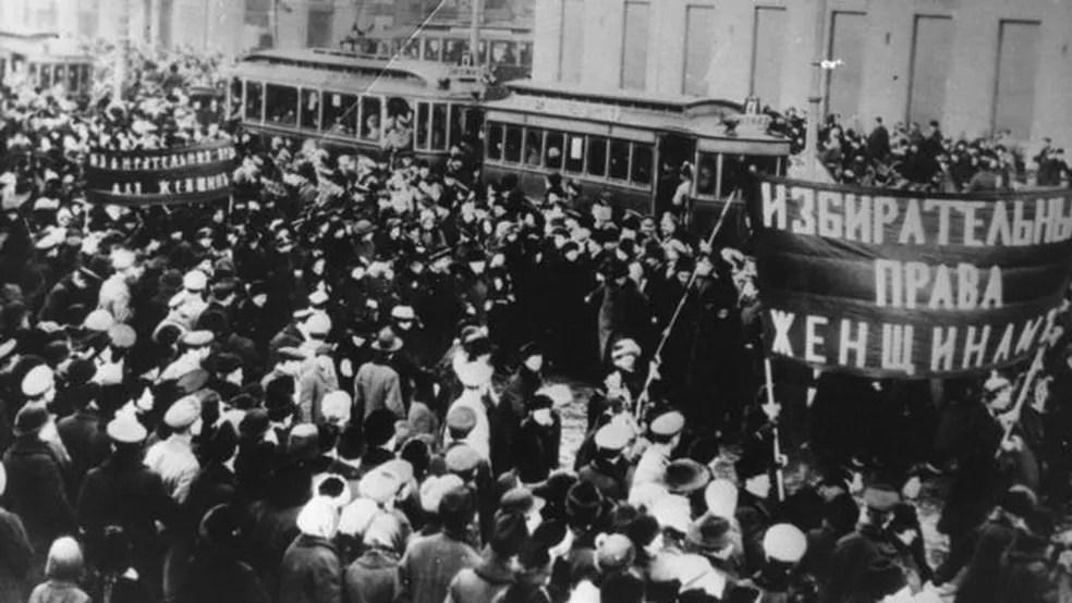 Na Rússia, em 1917, milhares de mulheres foram às ruas contra a fome e a guerra; a greve delas foi o pontapé inicial para a revolução russa e também deu origem ao Dia Internacional da Mulher — Foto: Getty Images