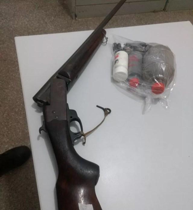 Na casa do suspeito, a polícia apreendeu uma arma e munições (Foto: Polícia Militar/Divulgação)