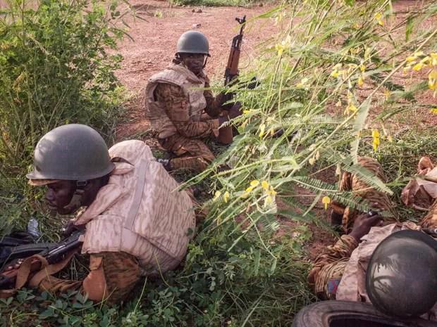 Soldados do governo de Burkina Faso patrulham subúrbio de Uagadugu, após soldados que participaram de um golpe para derrubar o presidente perderem o controle da região, na segunda (29) (Foto: AP Photo/Theo Renaut)