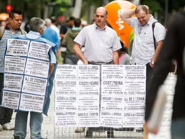 Pedestres observam cartazes com ofertas de emprego no calçadão da Rua Barão de Itapetininga, no centro de São Paulo (Foto: Dario Oliveira/Código 19/Estadão Conteúdo)