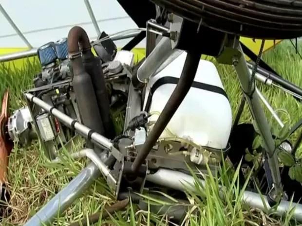 Ultraleve ficou destruído com a queda (Foto: Reprodução / TV TEM)