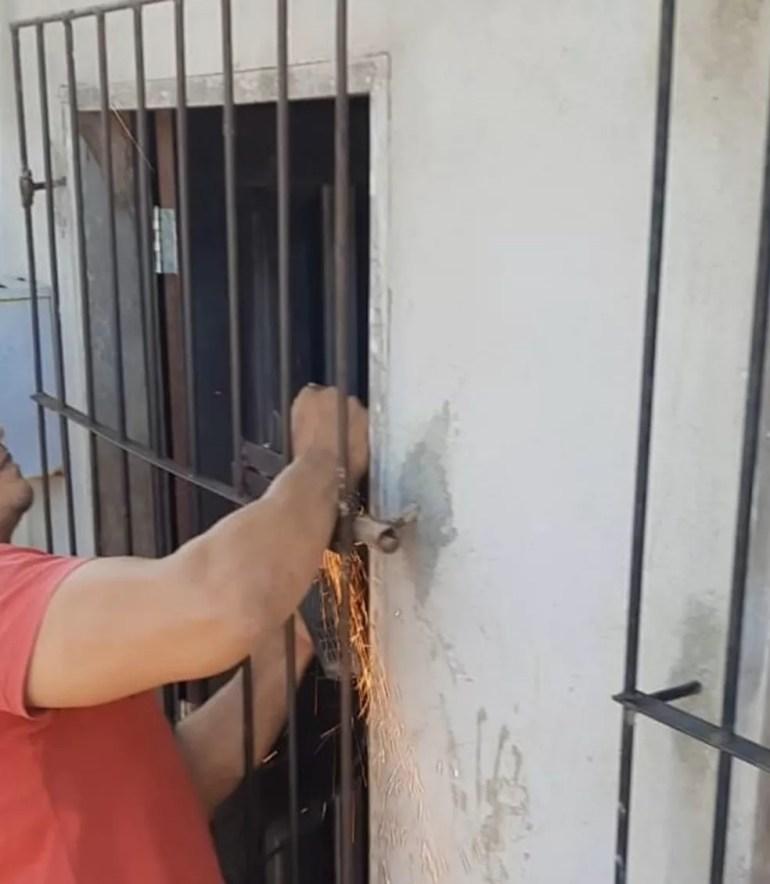 Populares ajudaram a arrombar o cadeado da residência para salvar crianças — Foto: Conselho Tutelar/Divulgação